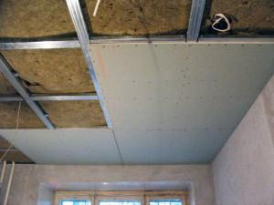 одноуровневый потолок из гипсокартона на кухне