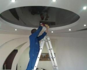 чистка натяжного потолка
