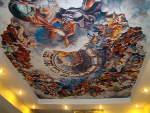 сюжетные фотообои на потолке